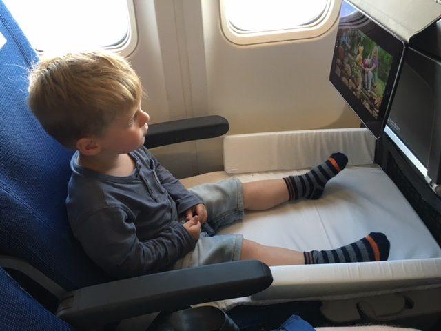 えっ!飛行機や電車の座席がベッドに大変身!子連れ旅を快適に「ベッドボックス」が人気 まんまみーあ