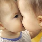 初キス奪われちゃった!初キスを奪われた赤ちゃんが茫然自失